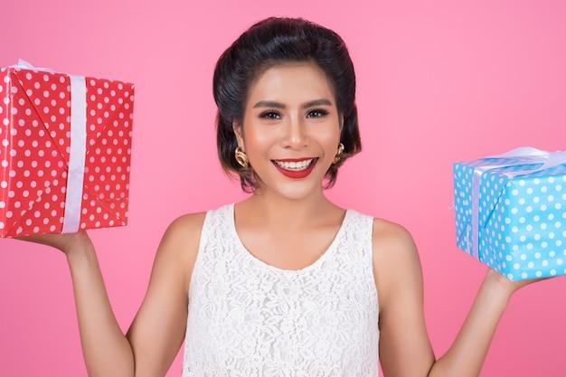 Hermosa mujer feliz con caja de regalo sorpresa