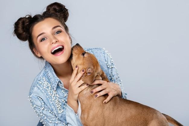 Hermosa mujer feliz y pequeño staffordshire terrier