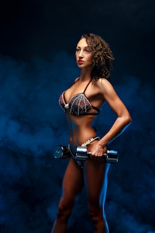 Hermosa mujer fitness levantamiento de pesas.