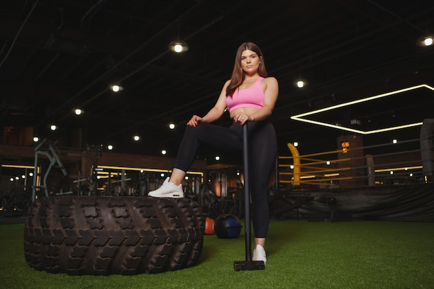 Hermosa mujer fitness talla grande activa