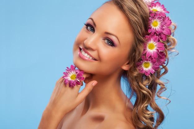Hermosa mujer con flores en el pelo