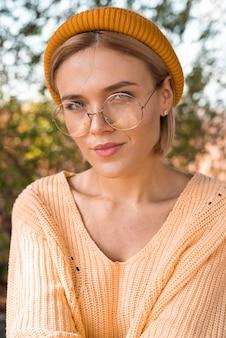 Hermosa mujer con gafas