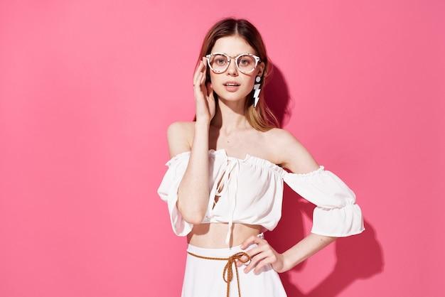 Hermosa mujer glamour moda decoración lujo fondo rosa. foto de alta calidad