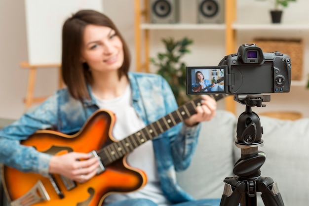 Hermosa mujer grabando video musical