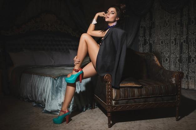 Hermosa mujer en habitación de lujo con chaqueta masculina