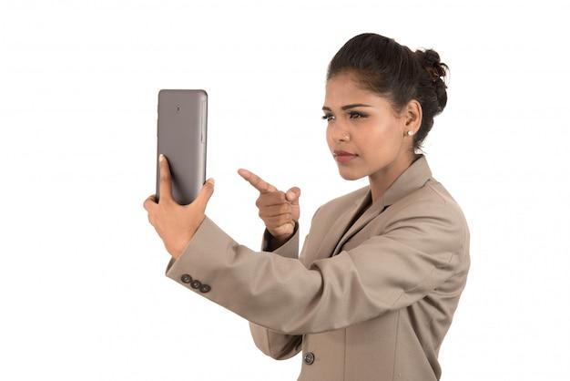 Hermosa mujer hablando en una video conferencia en línea mediante el uso de teléfonos inteligentes