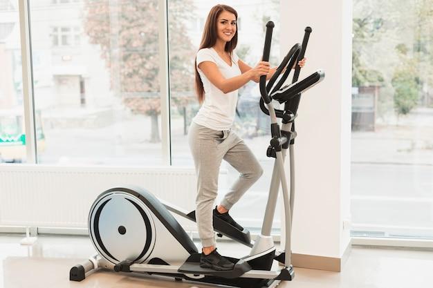 Hermosa mujer haciendo ejercicios médicos en pasos