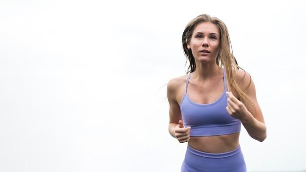 Hermosa mujer haciendo ejercicios tiro medio