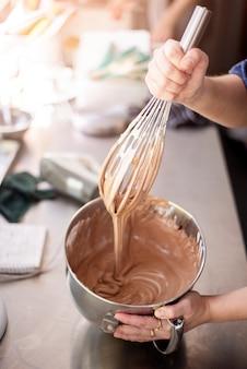 Hermosa mujer está haciendo panadería