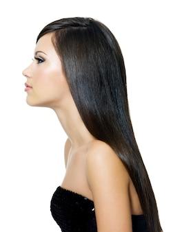 Hermosa mujer con hai marrón largo y recto, aislado sobre fondo blanco. retrato de perfil.