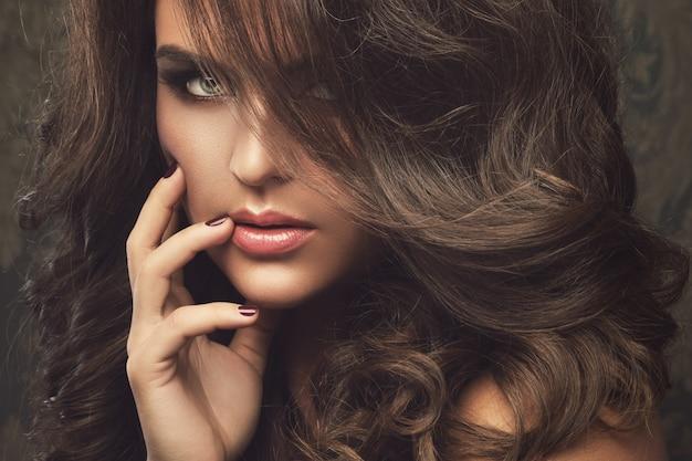 Hermosa mujer con hermoso maquillaje y peinado