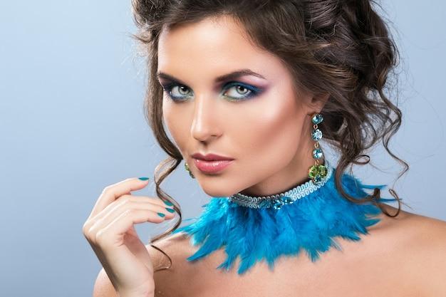 Hermosa mujer con hermosos aretes y collar