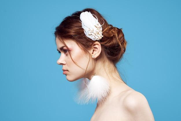 Hermosa mujer hombros desnudos mullidos pendientes maquillaje brillante frescura. foto de alta calidad