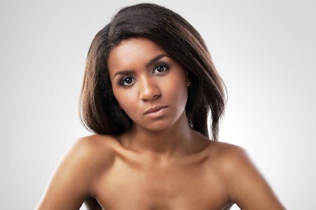 Hermosa mujer con los hombros desnudos