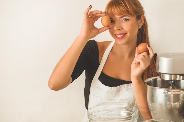 Hermosa mujer con huevos