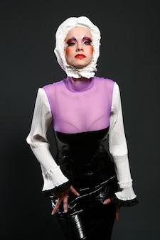 Hermosa mujer en imagen de moda