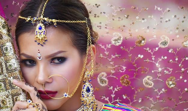 Hermosa mujer india vistiendo sari mujer en ropa étnica de la india