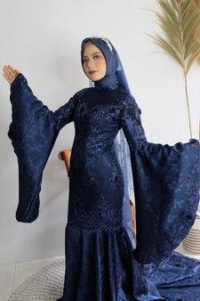 Hermosa mujer indonesia con vestido azul