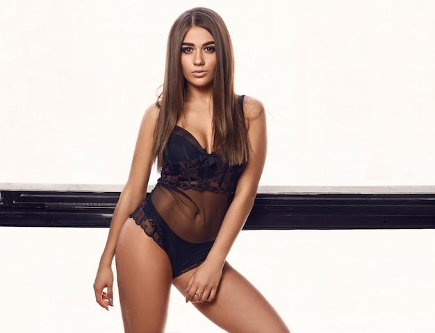 Hermosa mujer joven belleza en cuerpo sexy