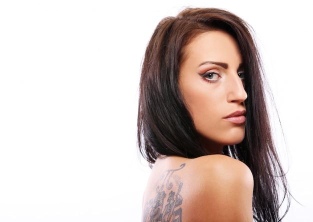Hermosa mujer joven en blanco
