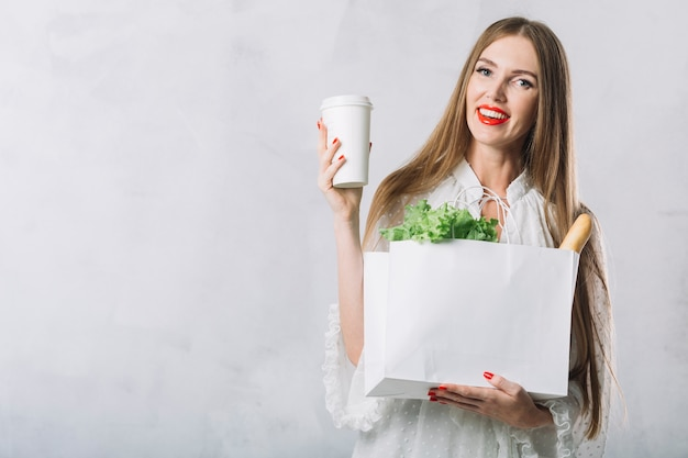 Hermosa mujer joven con bolsa de supermercado