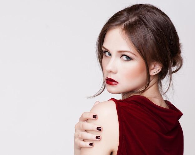 Hermosa mujer joven con cabello largo y joyas