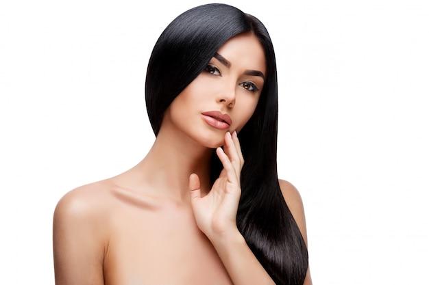 Hermosa mujer joven con un cabello limpio y saludable