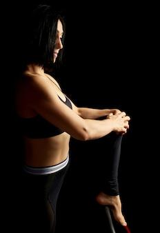 Hermosa mujer joven con cabello negro y un cuerpo musculoso
