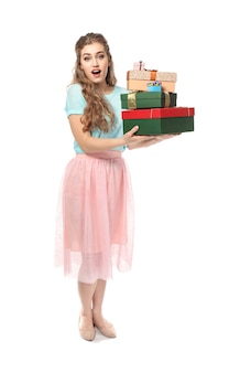 Hermosa mujer joven con cajas de regalo en superficie blanca