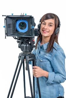 Hermosa mujer joven con cámara de video dslr y auriculares