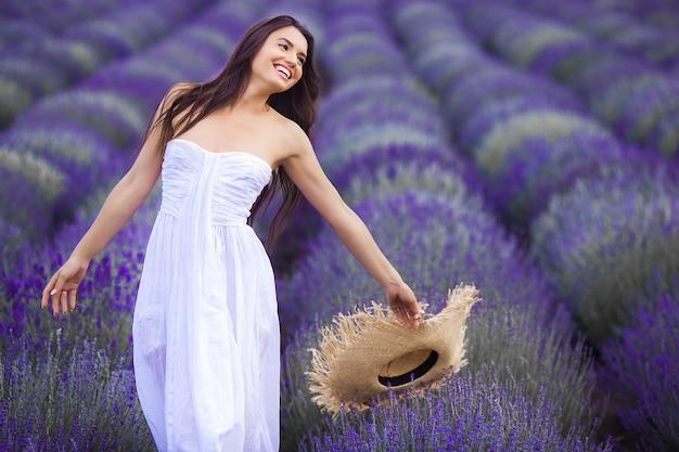 Hermosa mujer joven en campo de lavanda