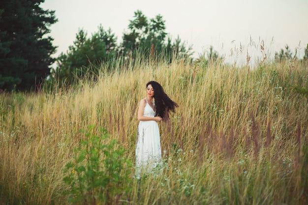 Hermosa mujer joven en un campo