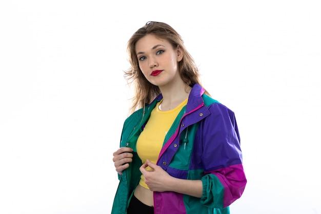 Hermosa mujer joven en chaqueta colorida