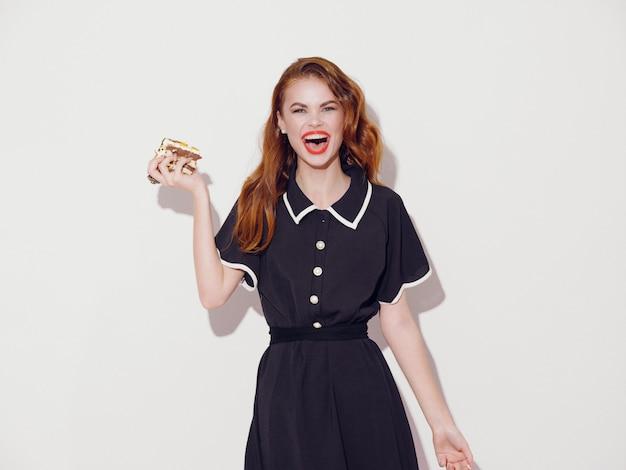 Hermosa mujer joven con comida en sus manos, una mujer comiendo, color, sin dietas