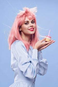 Hermosa mujer joven con comida en sus manos, una mujer comiendo, sin dietas