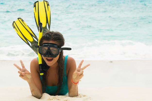 Hermosa mujer joven después de bucear en la playa