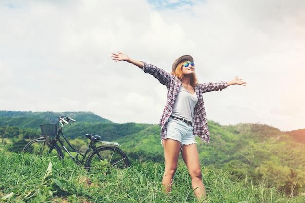 Hermosa mujer joven disfrutar de la libertad y la vida en la naturaleza detrás