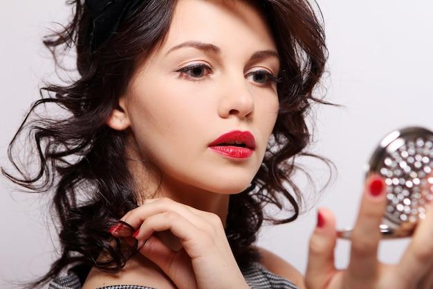Hermosa mujer joven con espejo
