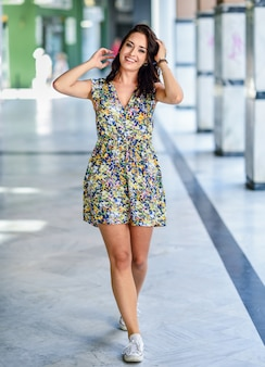 Hermosa mujer joven feliz con ojos azules sonriendo al aire libre