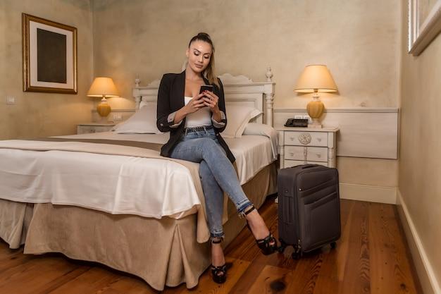 Hermosa mujer joven en la habitación del hotel