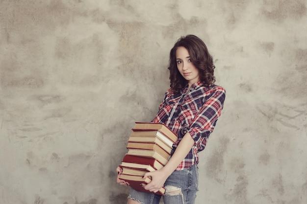 Hermosa mujer joven con libros