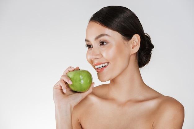 Hermosa mujer joven con manzana.