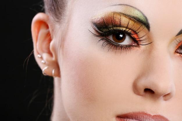 Hermosa mujer joven con maquillaje creativo