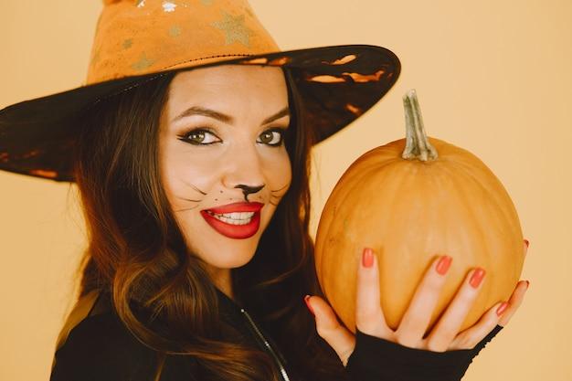 Hermosa mujer joven con maquillaje de gato