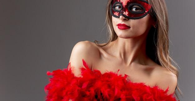 Hermosa mujer joven con máscara de carnaval