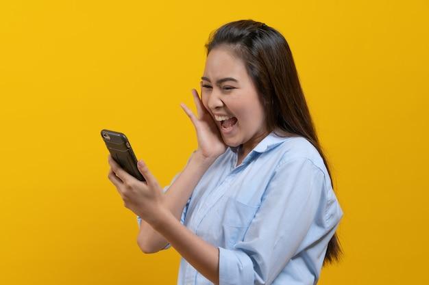 Hermosa mujer joven mirando touchpad sorprender con noticias de promoción.