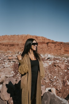 Hermosa mujer joven en una montaña en arizona estados unidos