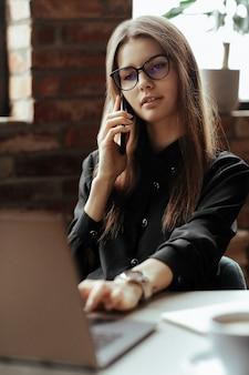 Hermosa mujer joven en la oficina en casa. trabajando desde casa. concepto de teletrabajo