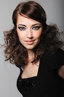 Hermosa mujer joven con ojos de sensualidad