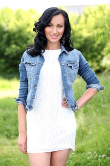 Hermosa mujer joven en un parque